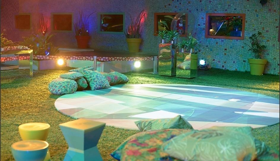12.mar.2014 - Almofadas de flores em tom verde decoram a área externa da casa na Festa Brasileira