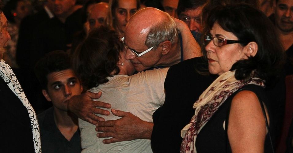 13.mar.2014 - A viúva Nicette Bruno recebe um abraço de Marcos Caruso no velório de Paulo Goulart no Theatro Municipal, em São Paulo
