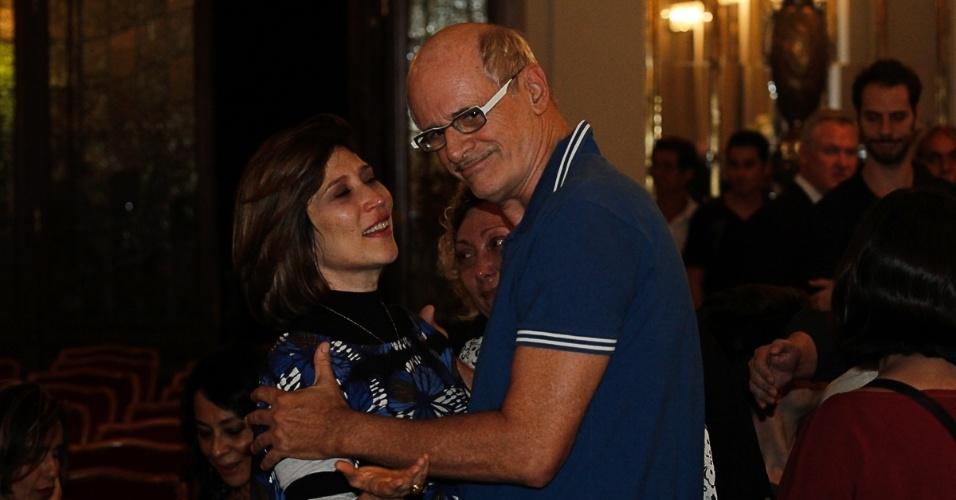 13.mar.2014 - Beth Goulart, filha de Paulo Goulart, recebe cumprimentos de Marcos Caruso no Theatro Municipal, em São Paulo