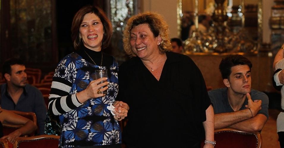 13.mar.2014 - Beth Goulart e Bárbara Bruno, filhas de Paulo Goulart, conversam durante a cerimônia