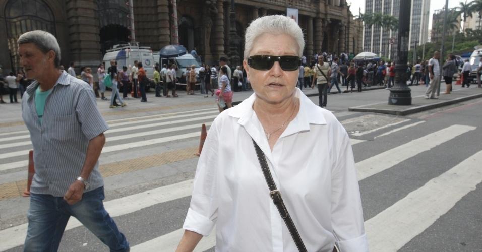 14.mar.2014 - A autora Maria Adelaide Amaral se despede do amigo, o ator Paulo Goulart, que morreu na última quinta-feira, vítima de câncer