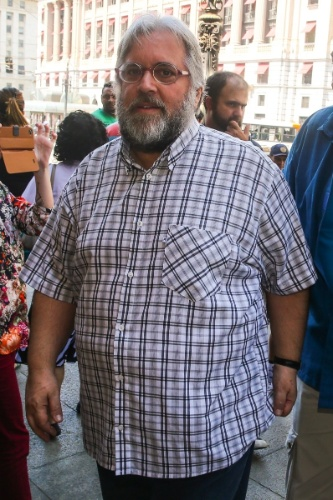 14.mar.2014 - Apresentador Leão Lobo comparece ao velório do ator Paulo Goulart, que morreu aos 81 anos, vítima de câncer. O corpo está sendo velado no Theatro Municipal em São Paulo