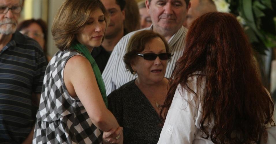 14.mar.2014 - Beth Goulart consola Nicette Bruno no velório do ator Paulo Goulart, que morreu na última quinta-feira, vítima de câncer. O corpo está sendo velado no Theatro Municipal em São Paulo, no centro da capital