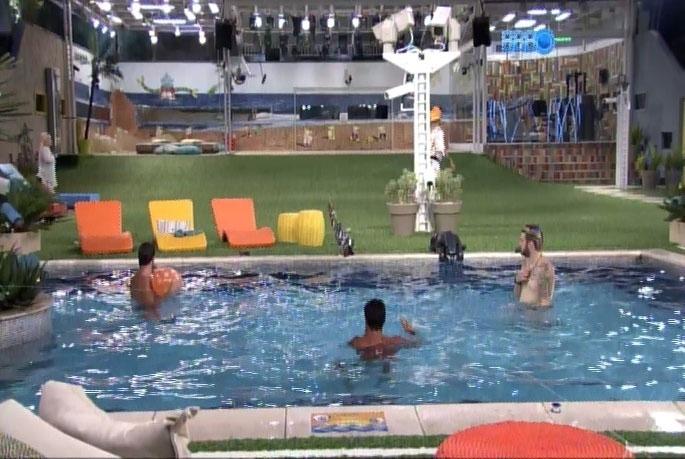 14.mar.2014 - Marcelo, Cássio e Diego improvisam o jogo de vôlei com balão e sacos de lixo