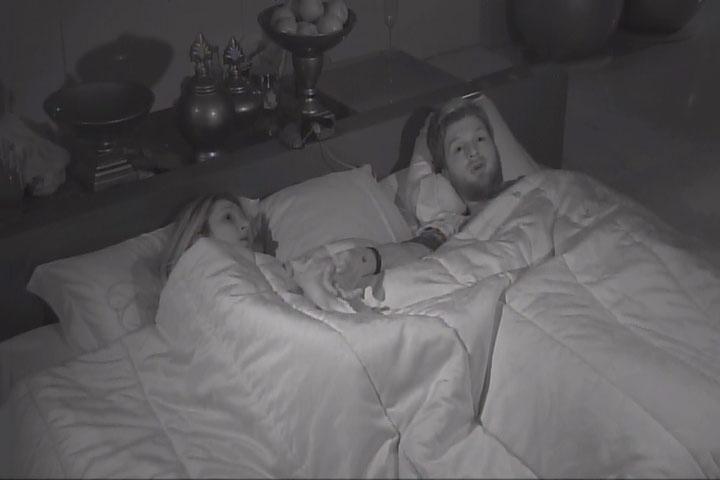 14.mar.2014 - Cássio explica para Tatiele que votou em Angela no último paredão para ela ir com Aline