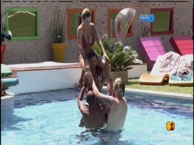 14.mar.2014 - Clara monta em Vanessa, que monta em Diego