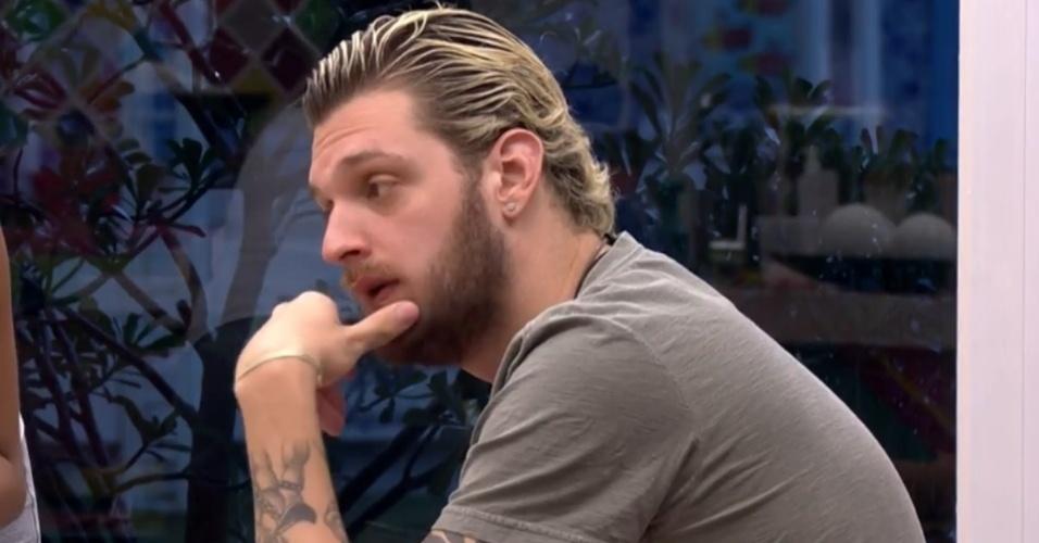 14.mar.2014 - Diego se irrita por Cássio só querer comer bife à milanesa durante almoço da casa-grande