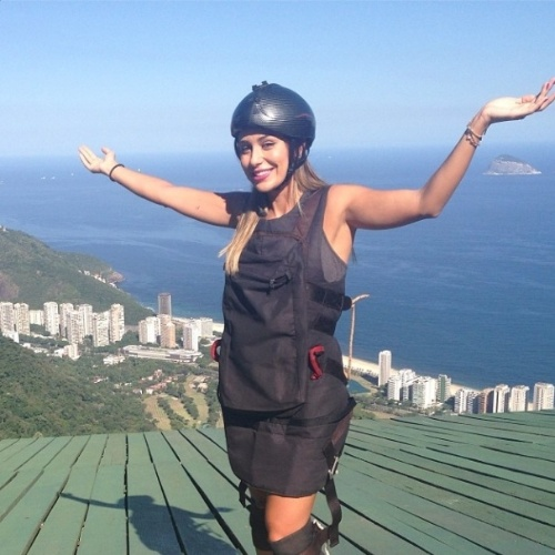 "14.mar.2014 - Letícia publica foto do salto de asa-delta: ""Se eu consegui, vcs também conseguem, amores!!! #TeamLeticiaTropaDoBem #LeticiaSantiagoAmaVoces"""