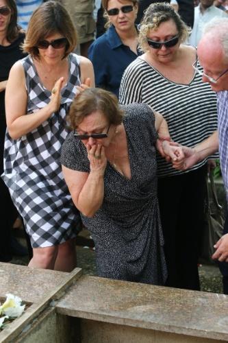 14.mar.2014 - Nicette Bruno dá o ultimo adeus ao marido, o ator Paulo Goulart, no cemitério da Consolação, em São Paulo