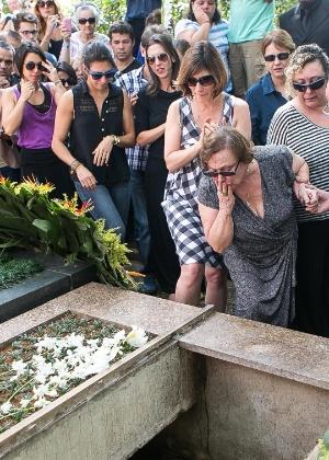 Nicette Bruno dá o ultimo adeus ao marido, o ator Paulo Goulart, no cemitério da Consolação, em São Paulo
