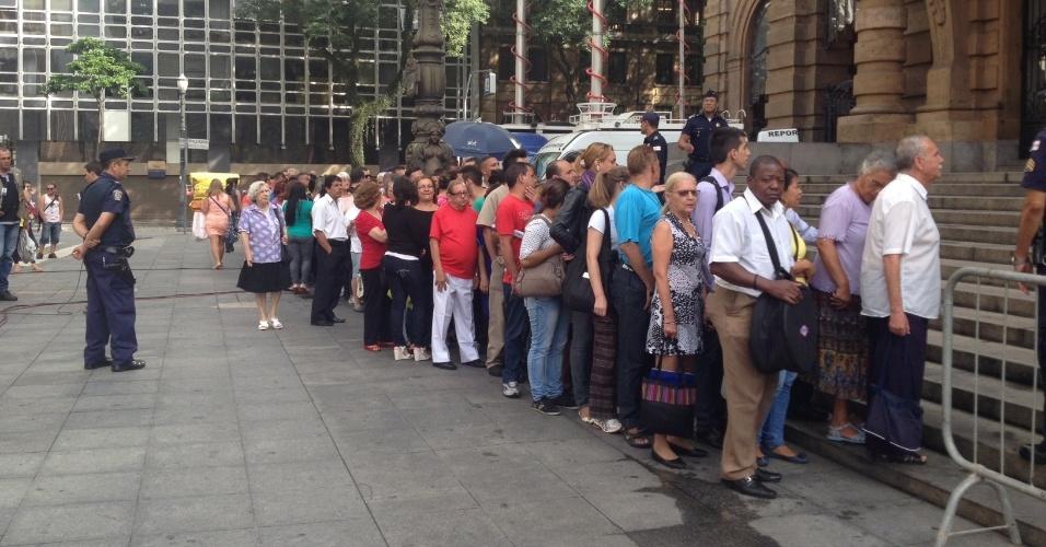 14.mar.2014 - Público comparece ao velório de Paulo Goulart, no Theatro Municipal de São Paulo