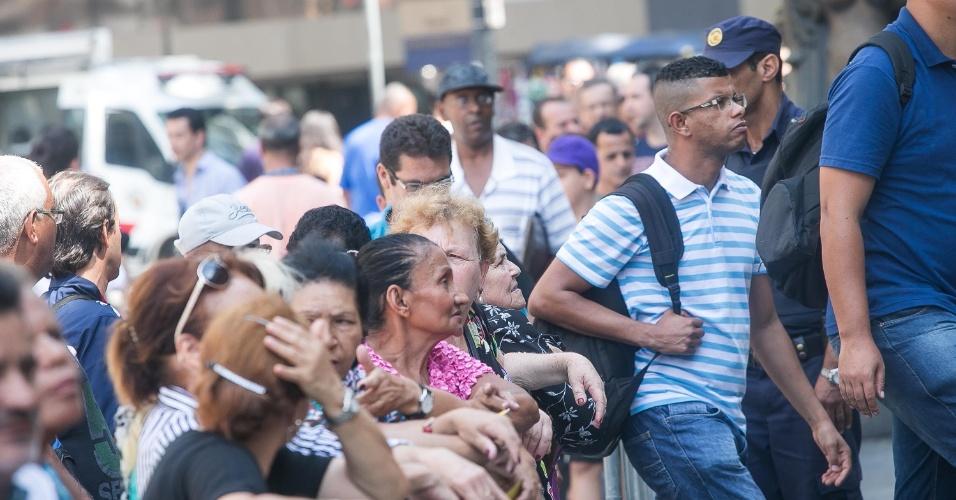 14.mar.2014 - Público comparece ao velório de Paulo Goulart, no Theatro Municipal de São Paulo. Até as 11h30, mais de 5 mil pessoas já tinham se despedido do ator