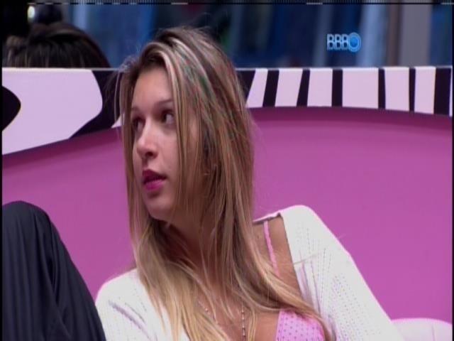 14.mar.2014 - Tatiele aguarda com Cássio e Clara para gravar o raio-x