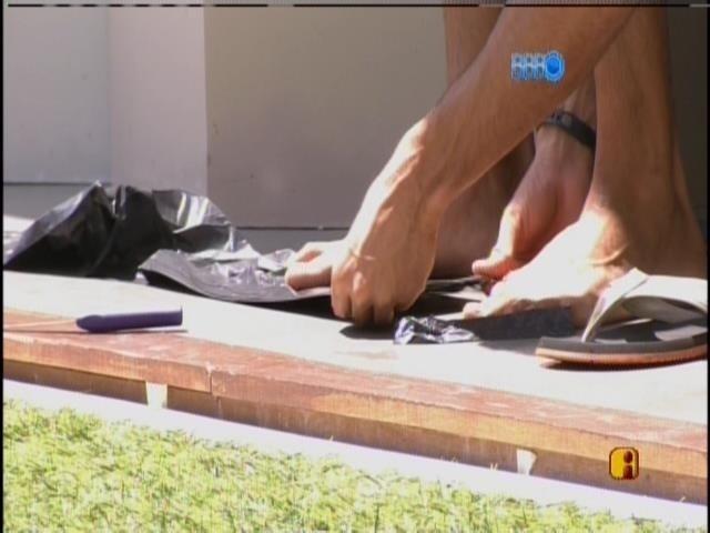 14.mar.2014 - Valter e Diego confeccionam uma nova pipa com saco de lixo
