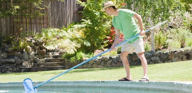 A limpeza da piscina doméstica tem que ser frequente e quase sempre pode ser feita pelo próprio morador - Getty Images