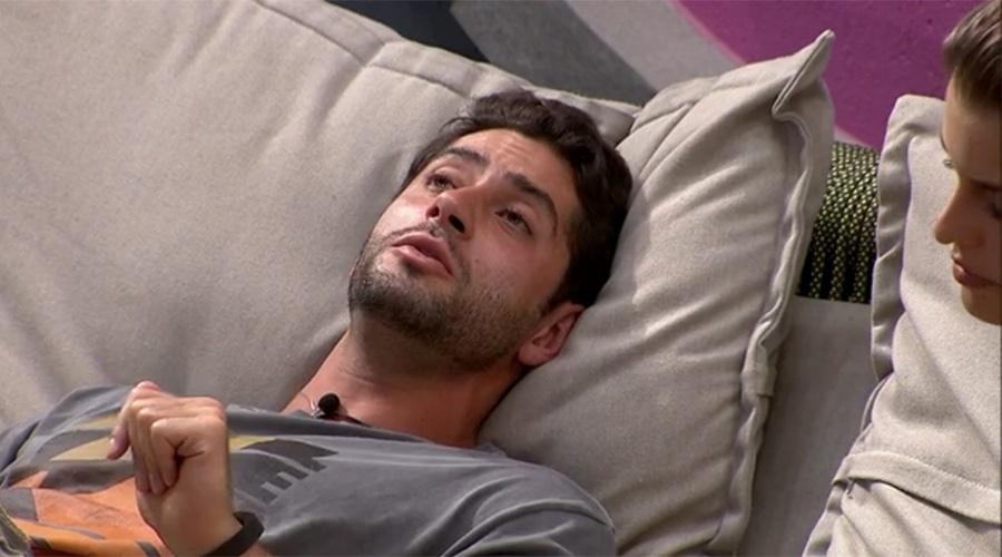 15.mar.2014 - Em madrugada de discussão com Angela, Marcelo tenta reatar namoro com a sister.