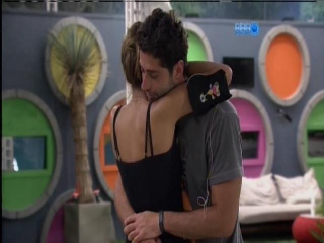 15.mar.2014 - Longa discussão de Marcelo e Angela termina em abraço