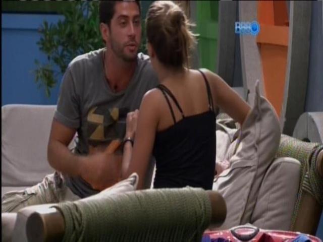 15.mar.2014 - Marcelo e Angela discutem sobre ciúme do administrador.