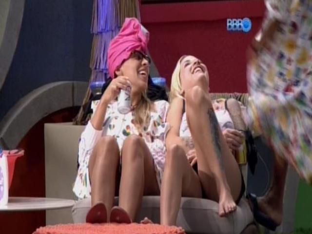 14.mar.2014 - Valter Slim sensualiza para o casal ClaNessa