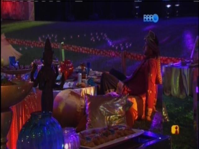 15.mar.2014 - Brothers se divertem na Festa Indiana, enquanto Marcelo fica sentado observando.