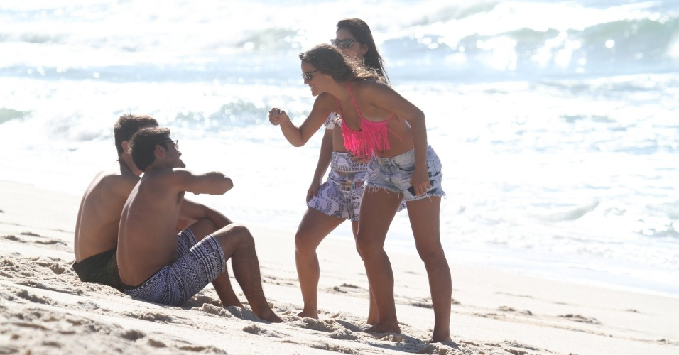 """15.mar.2014 - Bruna Marquezine gravou cenas de """"Em Família"""" neste sábado na praia da Macumba, zona oeste do Rio. Na trama de Manoel Carlos, ela vive Luiza"""