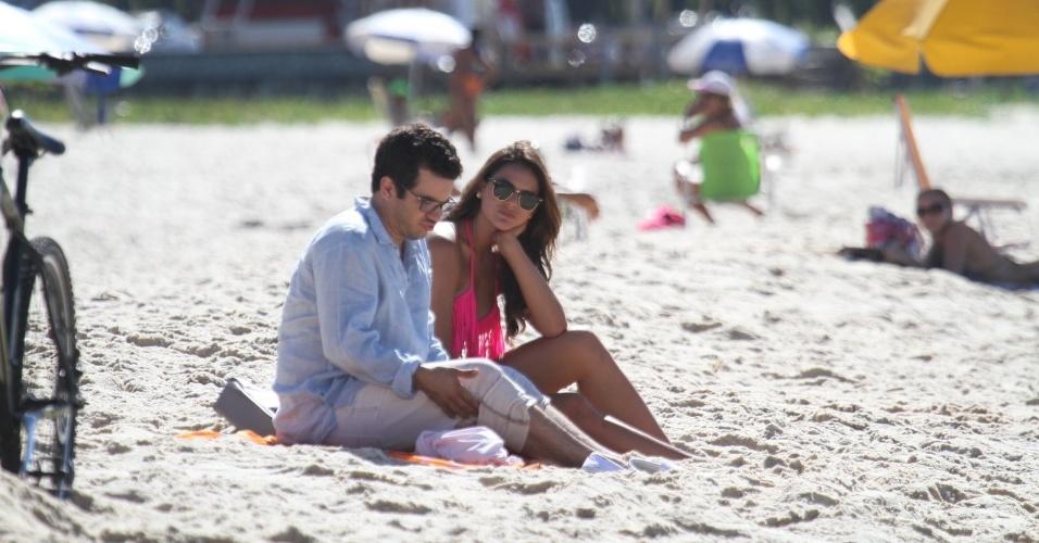 """15.mar.2014 - Bruna Marquezine gravou cenas de """"Em Família"""" neste sábado na praia da Macumba, zona oeste do Rio. Thiago Mendonça (ao lado de Bruna) participou da gravação"""