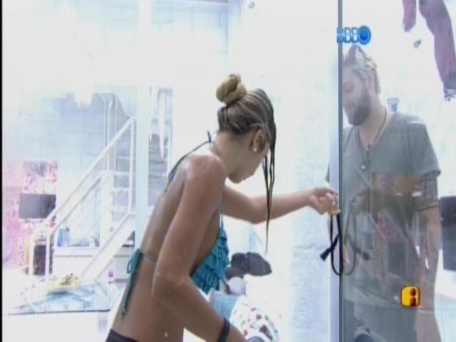15.mar.2014 - Cássio implica com Tatiele e ela grita por socorro.