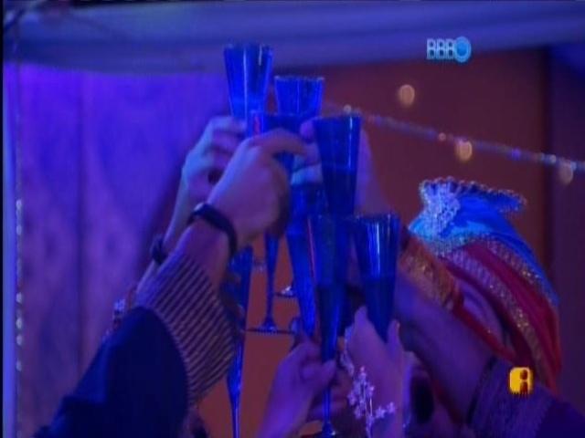 15.mar.2014 - Brothers brindam começo da Festa Indiana na noite deste sábado (15).