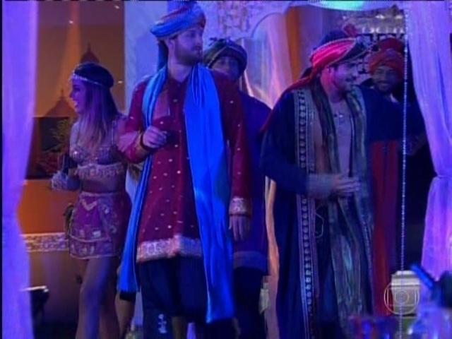 15.mar.2014 - Com roupas típicas, brothers ganham Festa Indiana na noite deste sábado (15).