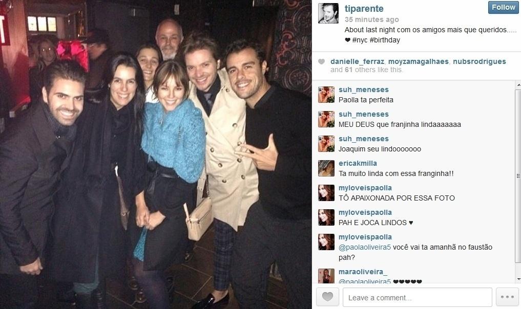 15.mar.2014 - De férias em Nova York, Paolla Oliveira curtiu jantar com amigos e o namorado, o ator Joaquim Lopes. A atriz exibiu novo visual; franja nos cabelos