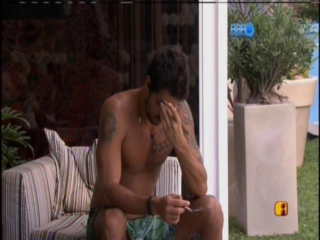 15.mar.2014 - Diego é acordado pelo choro dos