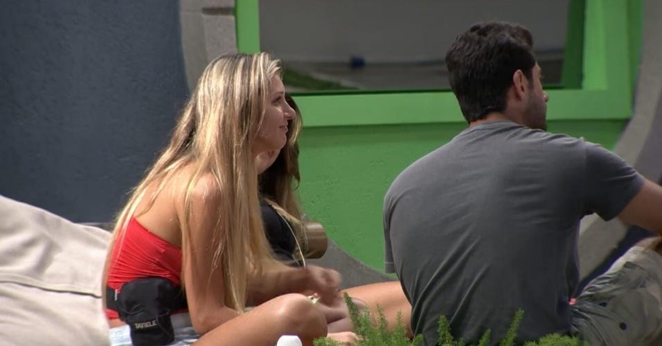 15.mar.2014 - Questionada, Tatiele diz que não sabe se continuará namorando Roni fora da casa