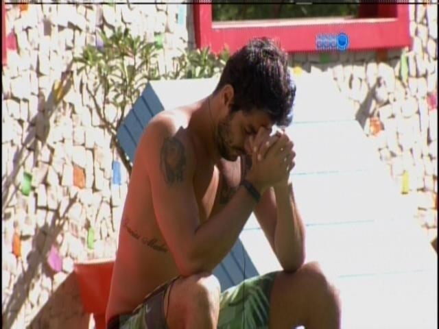 15.mar.2014 - Único acordado, Diego reza no jardim