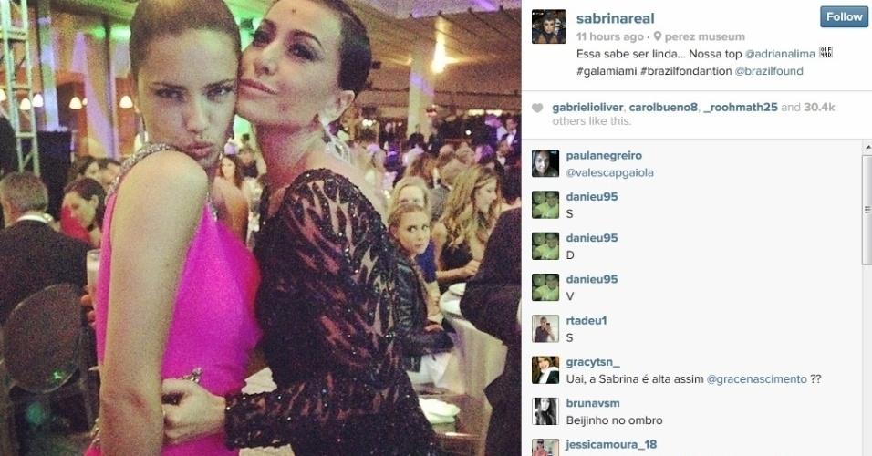 15.mar.2014 - Sabrina Sato tietou a top brasileira Adriana Lima durante baile de gala da ONG BrazilFoundation, realizado em Miami, nos Estados Unidos