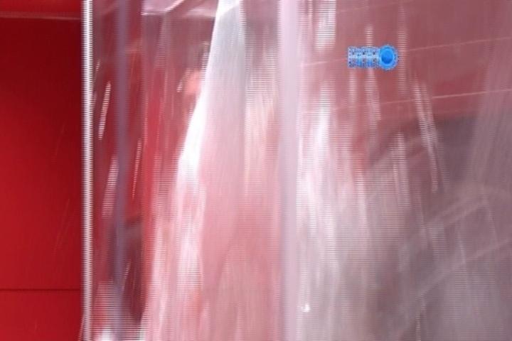 16.mar.2014 - Cássio tomava banho quando o vidro do banheiro do quarto do líder estourou supostamente sem explicação, após briga com Marcelo