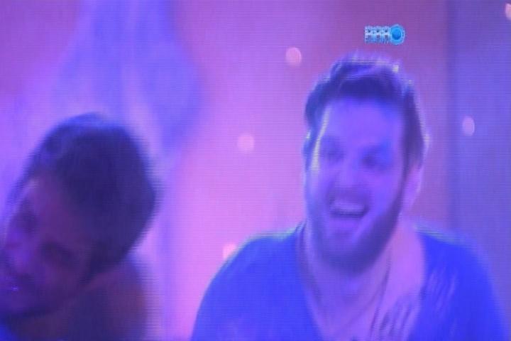 16.mar.2014 - Cássio se diverte com Diego atirando farinha colorida nos brothers durante Festa Indiana