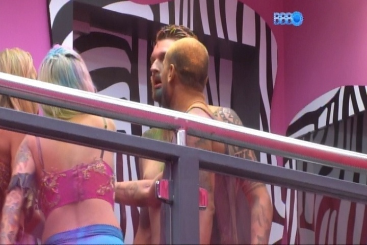 16.mar.2014 - Cássio se exalta e acusa Marcelo de ter abusado de Angela durante a Festa Indiana