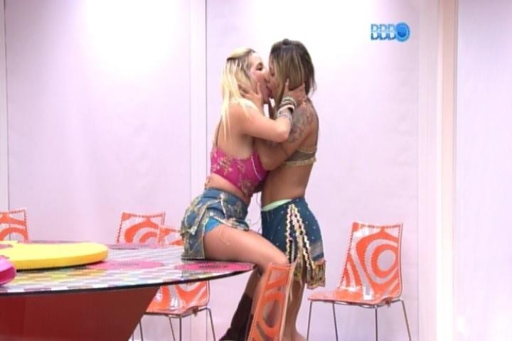 16.mar.2014 - Clara e Vanessa se beijam na cozinha da casa-grande. Cássio e Valter flagram o momento íntimo das duas