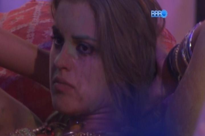 16.mar.2014 - Com o rosto manchado, Angela fica brava por Marcelo jogar água e chora logo depois