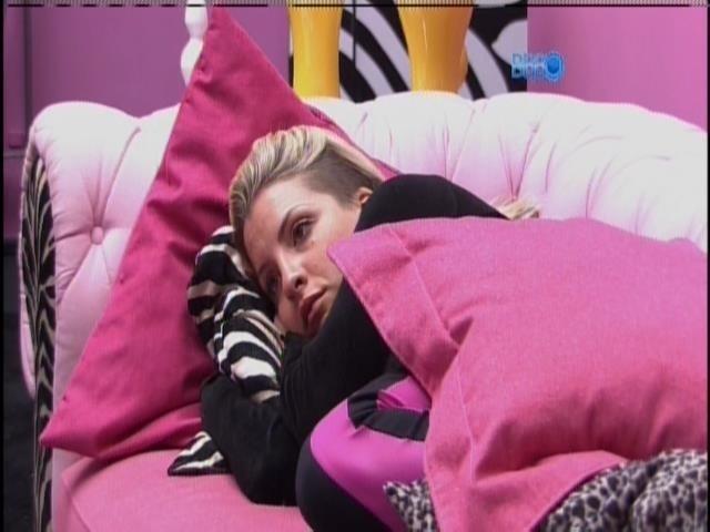 16.mar.2014 - Em silêncio, Marcelo e Clara ficam deitados no sofá