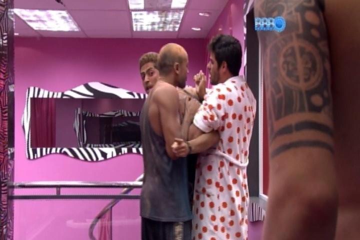 16.mar.2014 - Marcelo é segurado por Diego e Valter para não bater em Cássio durante briga