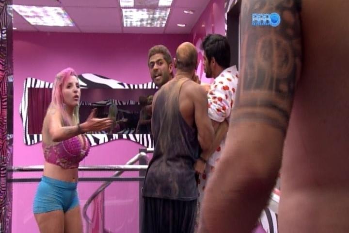 16.mar.2014 - Marcelo é segurado por Valter e Diego em briga com Cássio. Brother quebra acrílico do mezanino