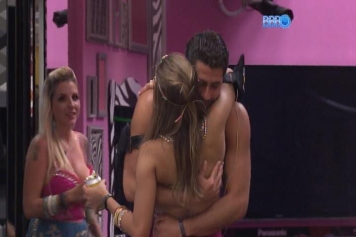 16.mar.2014 - Marcelo faz sua primeira tentativa de beijar Angela durante a Festa Indiana. Clara flagra o momento exato