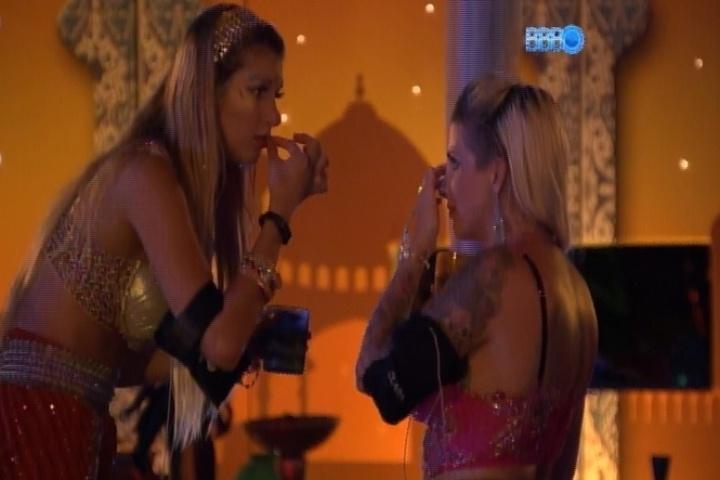 16.mar.2014 - Tatiele conta para Clara que está a fim de ficar com outra pessoa dentro do reality e pede segredo à amiga
