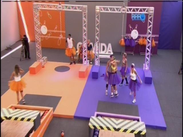 16.mar.2014 - Vestidos de bailarinas, grupos realizam prova da comida. Grupo roxo vence.