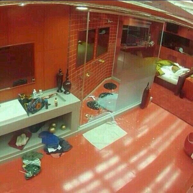 16.mar.2014 - Visão do quarto do líder com vidro estilhaçado. Supostamente sem explicação, o box do banheiro estourou enquanto Cássio tomava banho