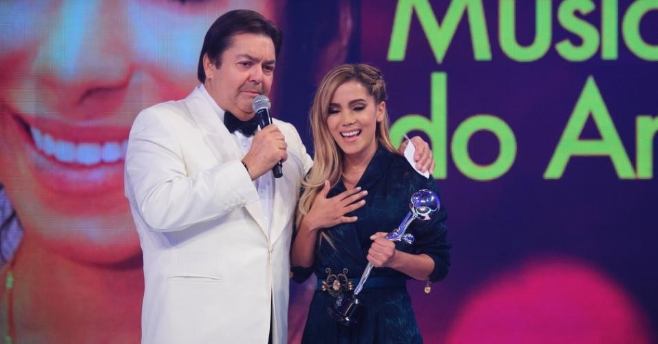 """16.mar.2014 - Com curativo no nariz, Anitta participa do """"Melhores do Ano"""" do """"Domingão do Faustão"""""""