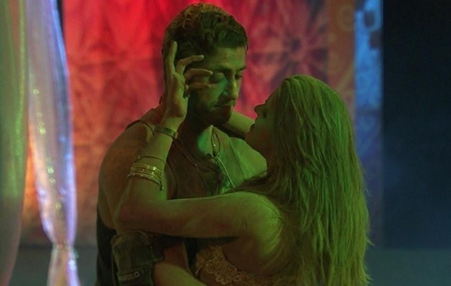 16.mar.2014 - Marcelo tenta beijar Angela, mas sister não cede às investidas do brother e pede para eles serem somente amigos