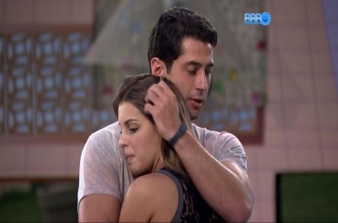 17.mar.2014 - Após programa, Mar celo e Angela se abraçam