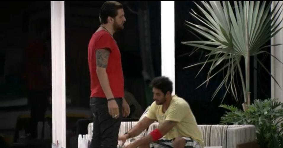 17.mar.2014 - Cássio diz para Diego que vai ficar como vilão por defender Angela
